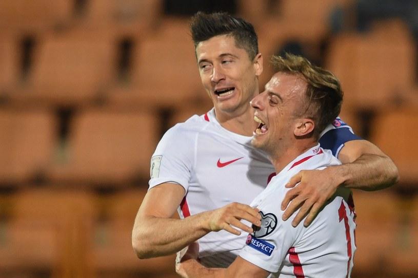 Robert Lewandowski (z lewej) i Kamil Grosicki podczas meczu Armenia - Polska /AFP