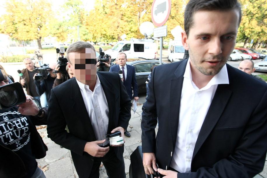 Robert N. (L), ps. Frog, znany z pirackiej jazdy po Warszawie w czerwcu tego roku oraz jego adwokat Łukasz Krupa (P) stawili się w płockiej prokuraturze okręgowej /Marcin Bednarski /PAP