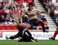 Robert Pires wyśmienicie kieruję grą Arsenalu