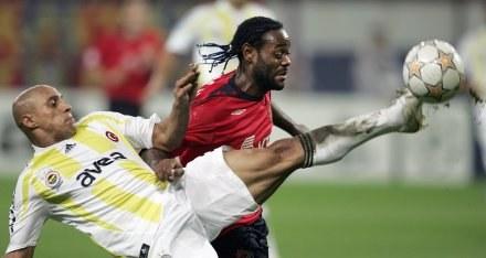 Roberto Carlos (na pierwszym planie z Fenerbahce) i Vagner Love (CSKA) /AFP