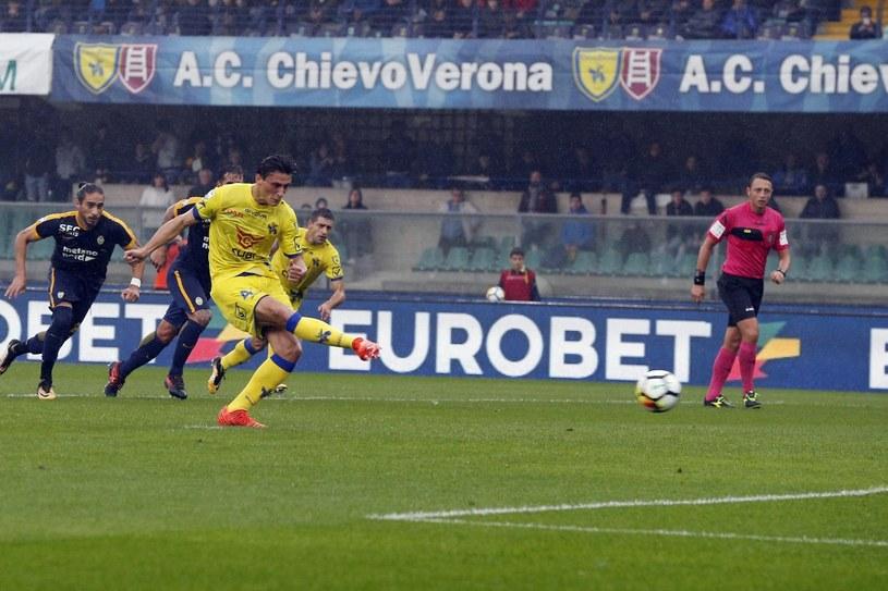 Roberto Inglese wykorzystuje rzut karny dla Chievo /PAP/EPA