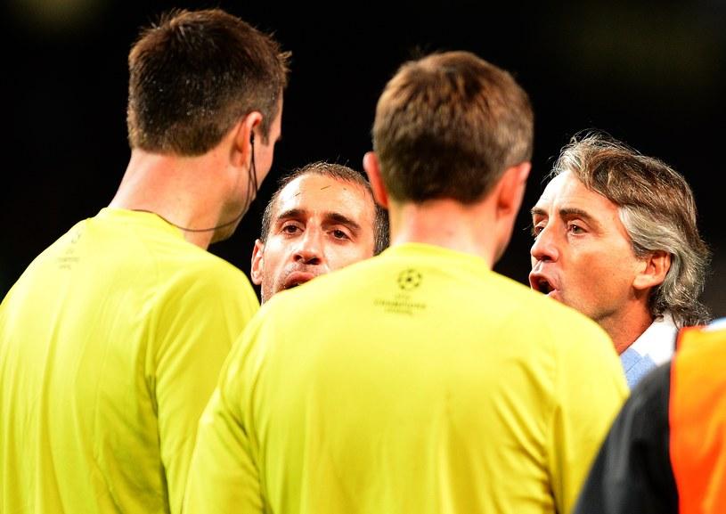 Roberto Mancini (pierwszy z prawej) miał wielkie pretensje do Petera Rasmussena i jego asystentów /AFP