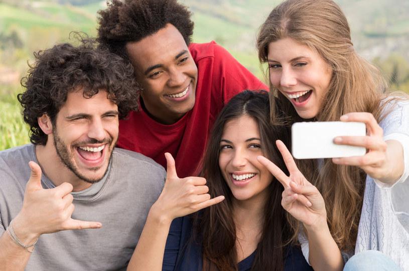 Robienie zdjęć selfie może wywoływać wszawicę. /123RF/PICSEL