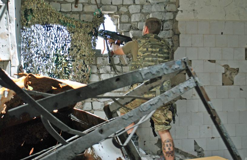 """""""Robiłem mu zdjęcia, widząc, jak ostrożnie podchodzi do okna i mierzy w stronę separatystycznych pozycji. Odgłos podobny do tego, jaki towarzyszy wyjęciu korka z butelki, oznaczał wystrzał"""". /Marcin Ogdowski /INTERIA.PL"""
