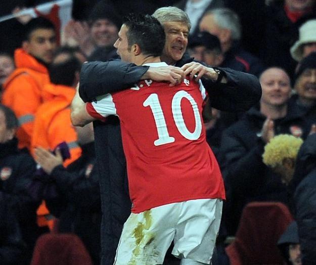 Robin van Persie cieszy się z Arsene Wengerem po golu dla Arsenalu /AFP