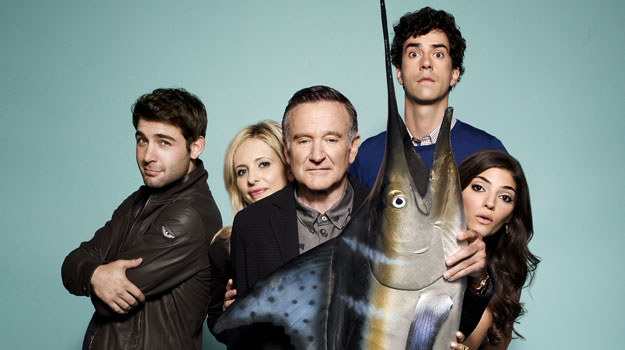 """Robin Williams (w środku, za rybą) w serialu """"Przereklamowani"""" /materiały prasowe"""