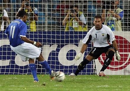 Robinho strzela bramkę na wagę awansu /AFP