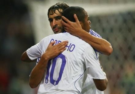 Robinho w objęciach Raula. Real - RCD Mallorca 4:3 /AFP