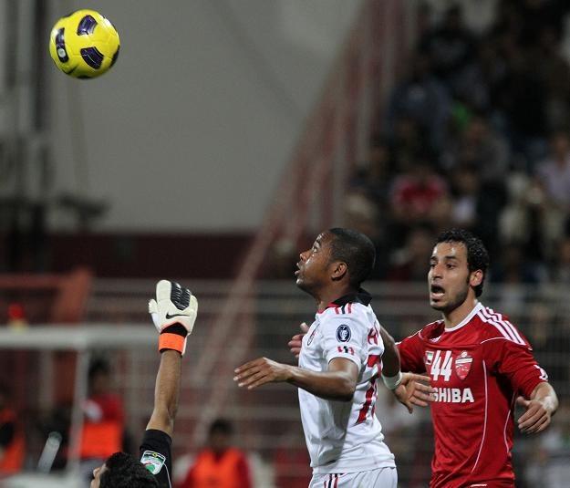 Robinho (w środku) zderzył się z kamerą podczas sparingowego meczu z drużyną Al Ahli /AFP