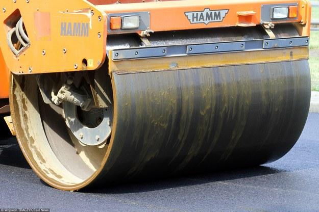 Robotnicy zalali mężczyznę asfaltem, który wyrównali walcem /Wojciech Traczyk /East News