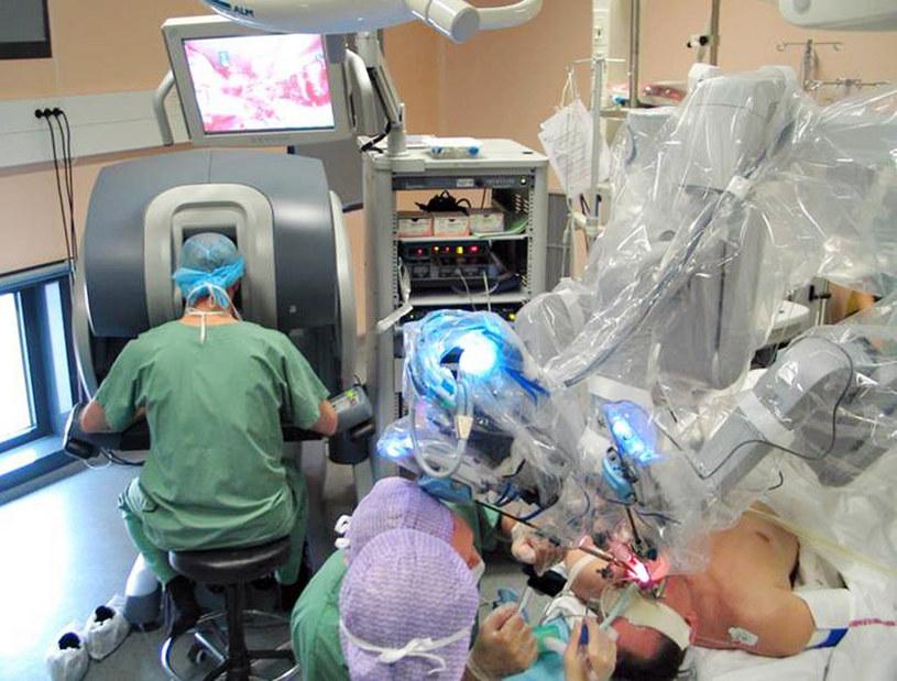 Roboty chirurgiczne w USA spowodowały w ostatnich latach śmierć 144 pacjentów. /AFP