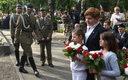 Kandydatka PiS na premiera Beata Szydło (P) podczas uroczystości przed pomnikiem Gloria Victis na Wojskowych Powązkach