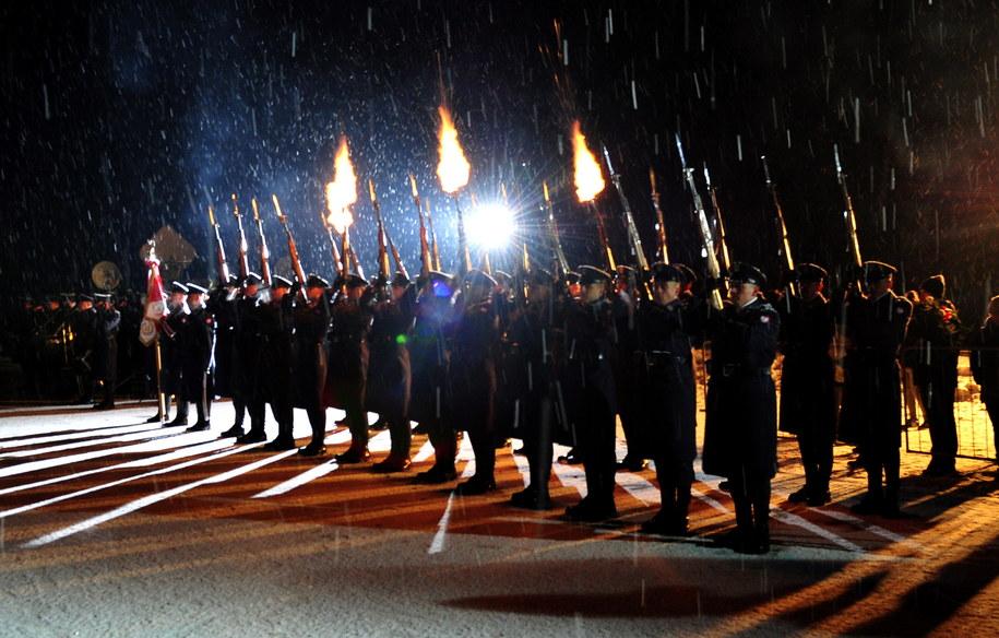Rocznicowe uroczystości przed pomnikiem ofiar katastrofy /PAP/Marcin Bielecki /PAP