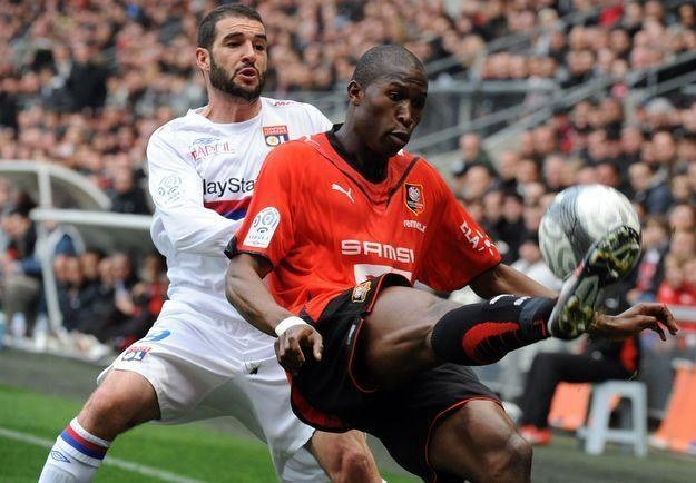 Rod Fanni (z prawej) jeszcze w koszulce Stade Rennes /AFP