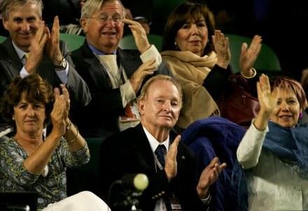 Rod Laver (na dole), oklaskuje Rogera Federera/fot. Ezra Shaw, Getty Images /