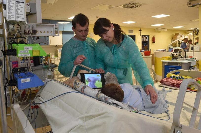 Rodzice 2-letniego Adasia, Mateusz i Paulina, przy łóżeczku syna /Jacek Bednarczyk /PAP