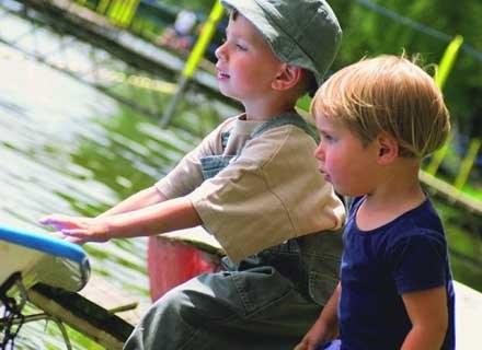Rodzice bliźniąt powinni dbać o rozwój indywidualności swych dzieci. /INTERIA.PL