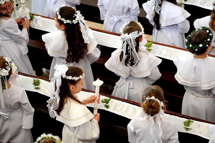 Rodzice dzieci, które przyjęły Pierwszą Komunię rok wcześniej, często oddają wianki i stroje do kościoła. Możemy więc dostać je za darmo /Wojciech Stróżyk /Reporter