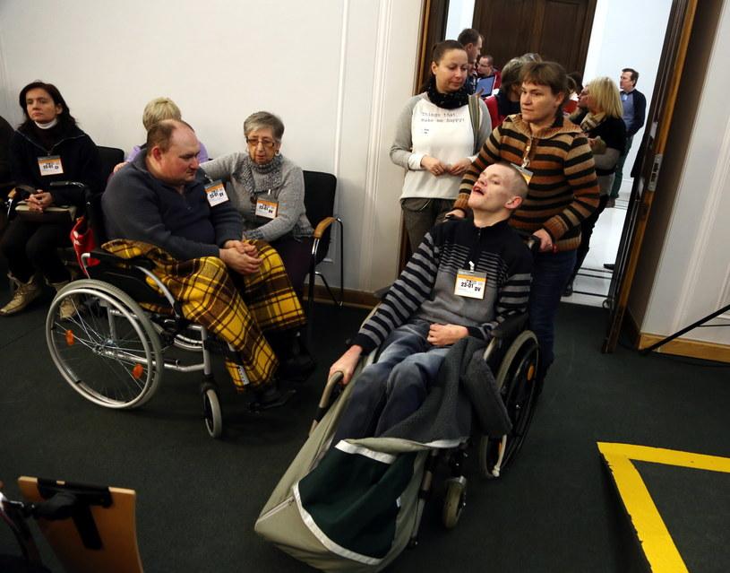 Rodzice i ich niepełnosprawne dzieci protestują /Tomasz Gzell /PAP