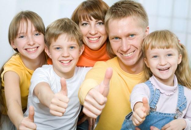 Rodzice, którzy mają kilkoro dzieci, powinni mieć zwiększony wymiar płatnego zwolnienia z pracy? /123RF/PICSEL