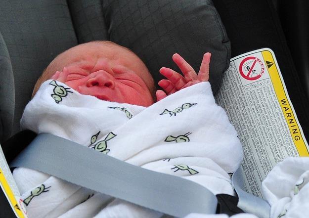 Rodzice łapią się za głowy. Tak zapięte pasy połamałyby ręczki i obojczyki dziecka /AFP