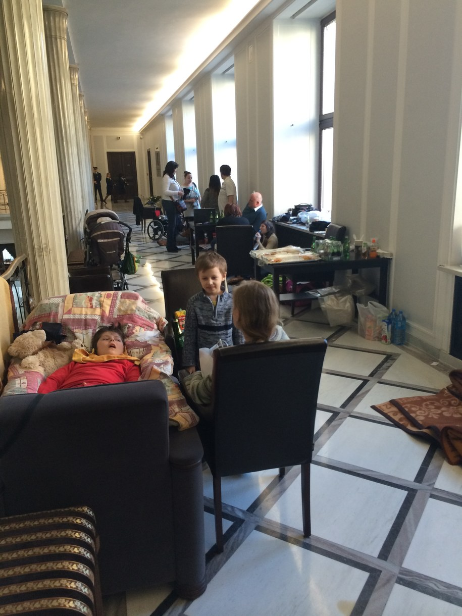 Rodzice protestują w gmachu Sejmu wraz ze swoimi niepełnosprawnymi dziećmi /Krzysztof Zasada /RMF FM