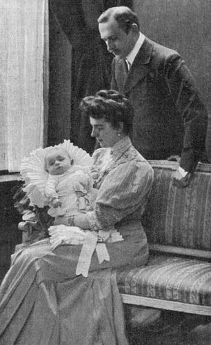 Rodzice z nowo narodzonym dzieckiem /Agnieszka Lisak – blog historyczno-obyczajowy