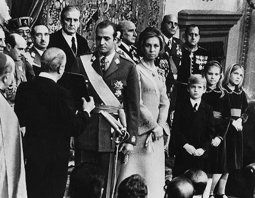 Rodzina w komplecie. Filip, następca tronu, stoi tuż przy matce /STR /PAP/EPA
