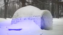 Rodzina zakochana w zimie zbudowała prawdziwe igloo