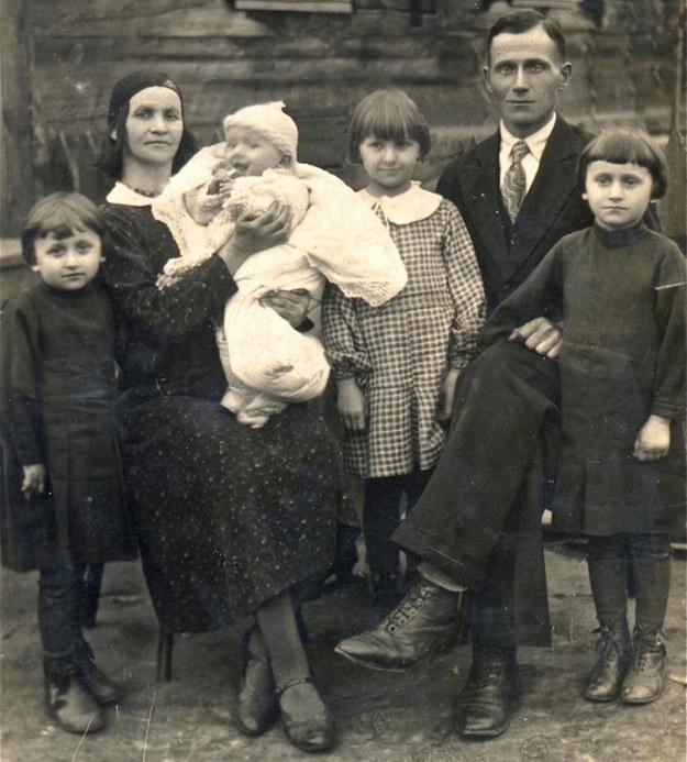 Rodzina Żukowskich w Hajnówce przed wybuchem II wojny światowej. Ojciec autorki książki Bogusław na rękach matki /archiwum prywatne