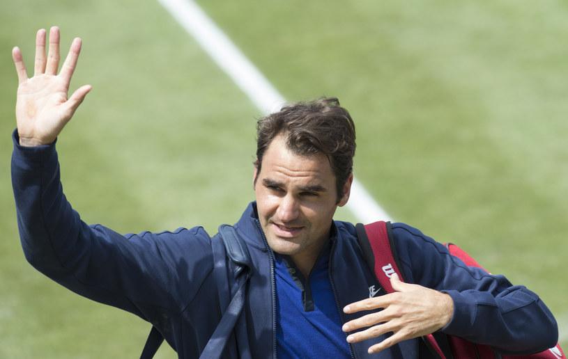 Roger Federer dziękuje kibicom za wsparcie po spotkaniu /AFP