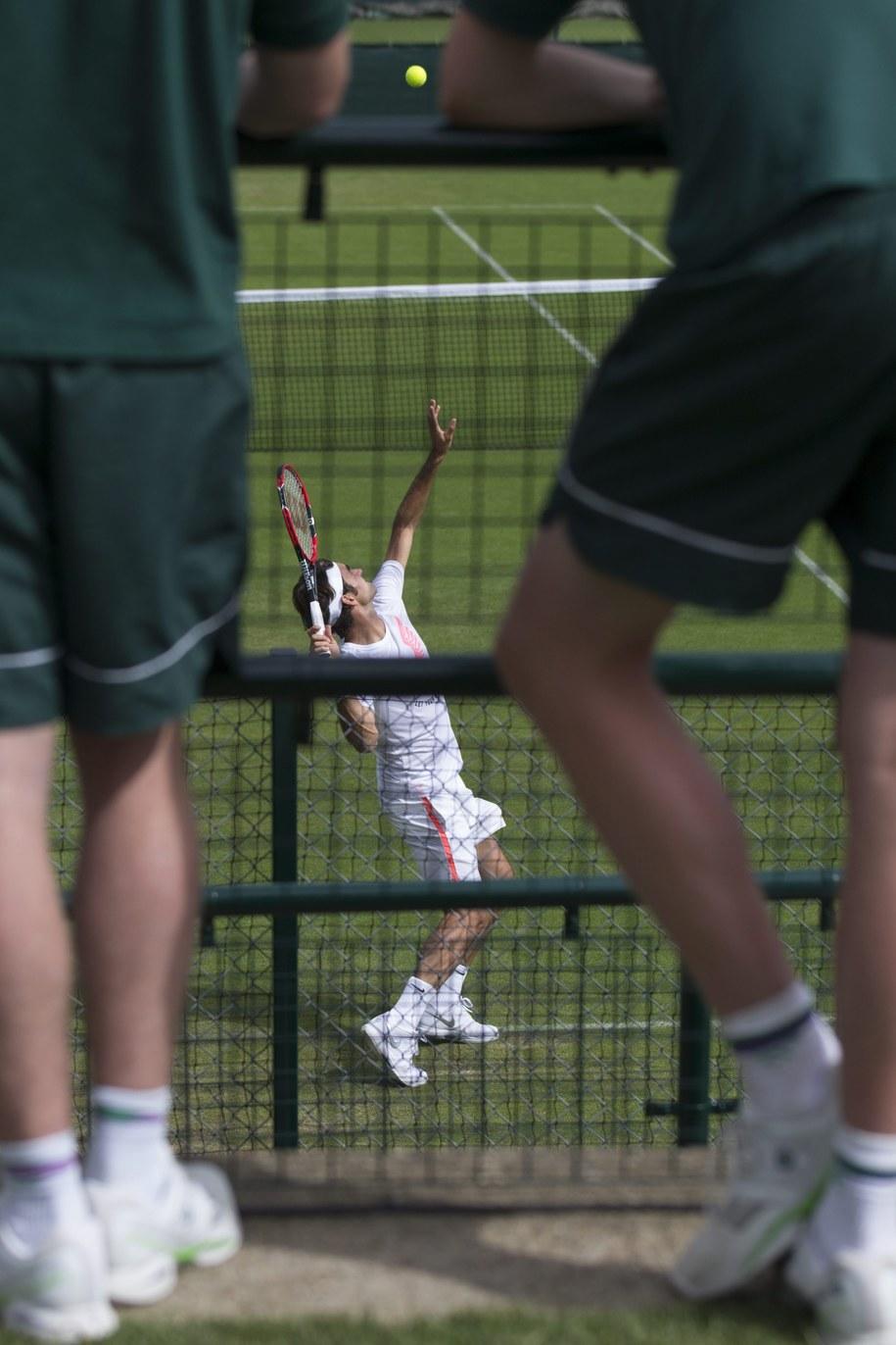 Roger Federer w czasie treningu na kortach Wimbledonu /PETER KLAUNZER /PAP/EPA
