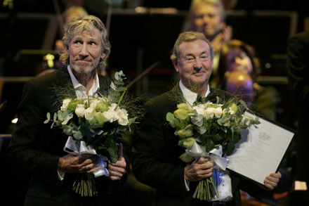 Roger Waters i Nick Mason podczas ceremonii w Sztokholmie /arch. AFP
