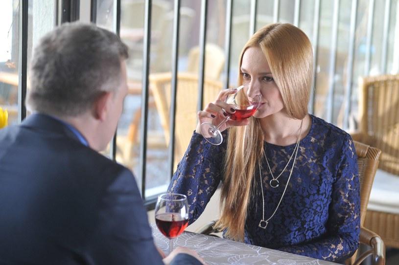 Rogowski obieca Teresie, że wkrótce powie żonie o ich romansie. /Agencja W. Impact