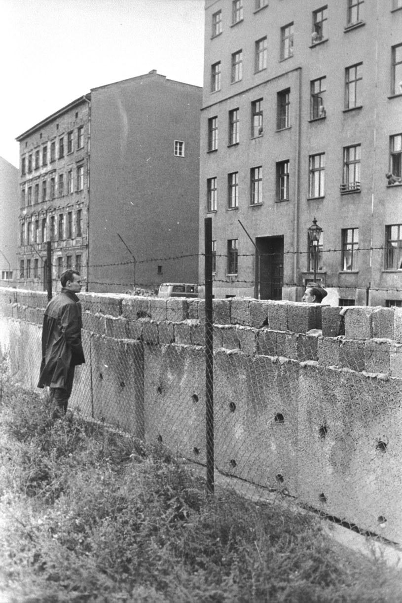 Rok 1961 - powstaje mur rozdzielający Berlin... /Getty Images/Flash Press Media