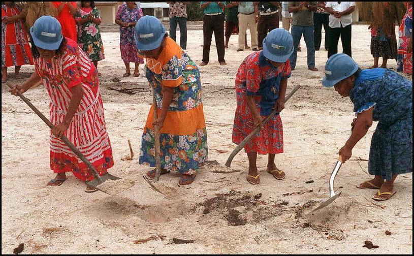 Rok 1997. Te cztery kobiety po 50 latach wracają na wyspę, którą opuściły tuż przed rozpoczęciem prób nuklearnych /AFP