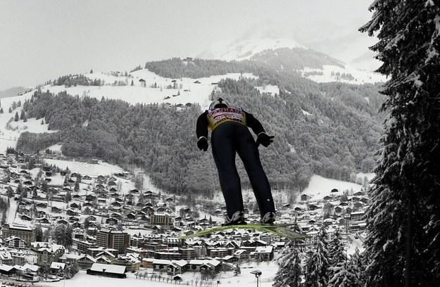 Rok temu w  Engelbergu wygrał Szajcar - Simon Ammann. /AFP