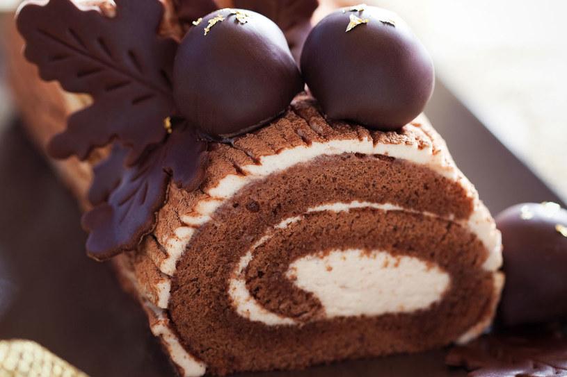 Roladę kakaową udekoruj mandarybkami lub czekoladowymi figurkami /123RF/PICSEL