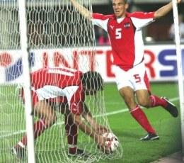 Roland Kollman wyciąga piłkę z siatki. Obok uradowany Pogatetz. Grazer-Amica 3:1 /AFP