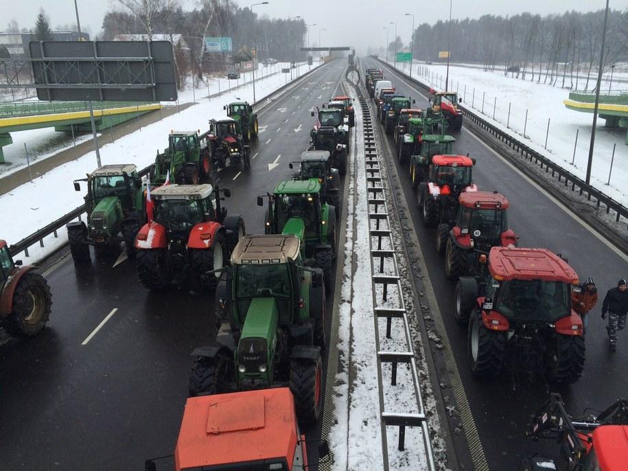 """Rolnicy blokują krajową """"ósemkę"""" /Piotr Bułakowski /RMF FM"""