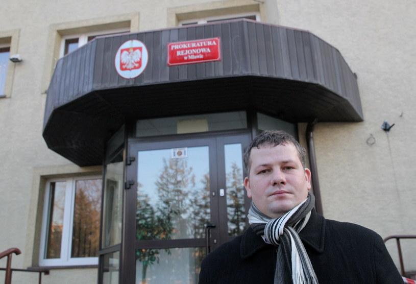 Rolnik z Kulan - Radosław Zaremba przed budynkiem Prokuratury Rejonowej /Tomasz Waszczuk /PAP