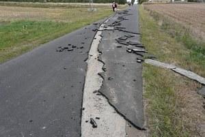 Rolnik zaorał asfaltową drogę!