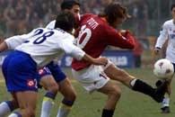 Roma - Verona 3:2. Francesco Totti (z prawej) strzela mimo asysty Paolo Cannavaro
