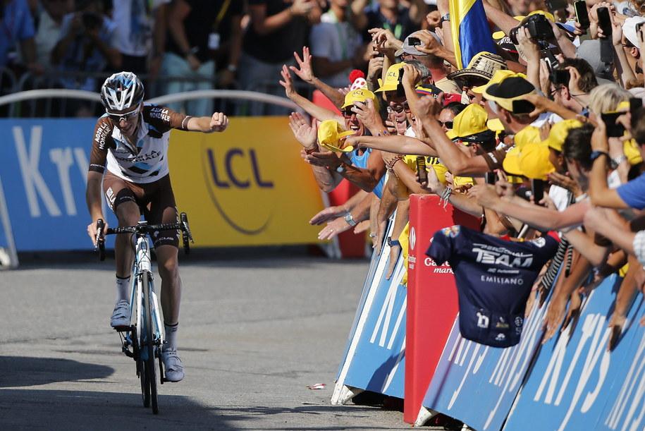 Romain Bardet i fetujący jego zwycięstwo francuscy kibice /Kim Ludbrook  /PAP/EPA