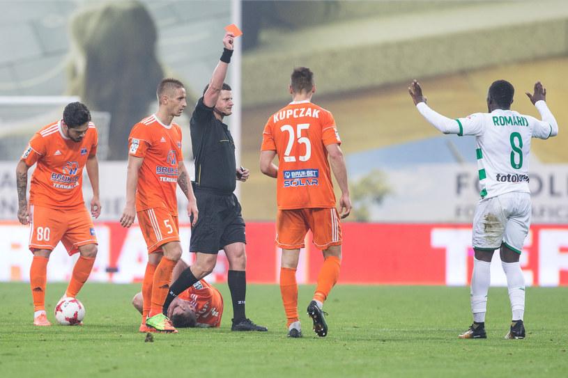Romario Balde ogląda czerwoną kartkę /Jakub Gruca  /Newspix