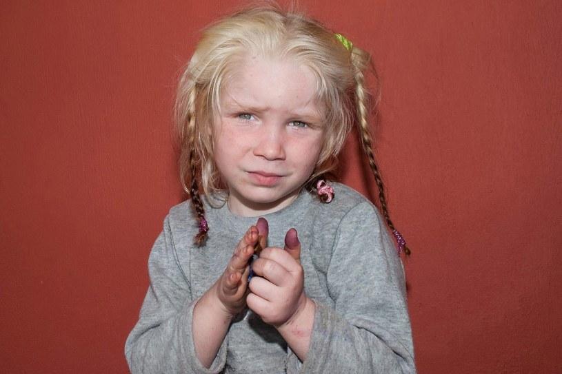 Romowie przekonywali policjantów, że nie wiedzą, kim jest dziecko /PAP/EPA