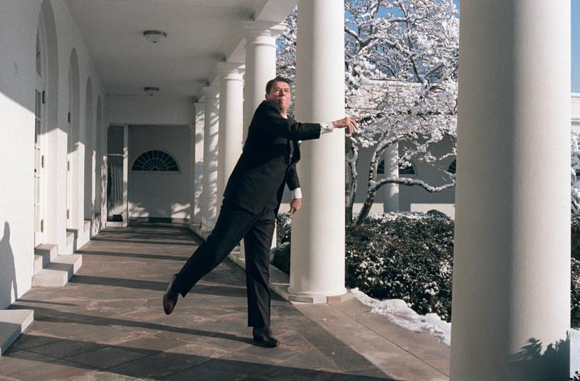 Ronald Reagan rzuca śnieżkami w Białym Domu /AFP