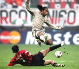 Ronaldinho i Nesta walczą o piłkę. Milan-Barcelona 1:0 /AFP