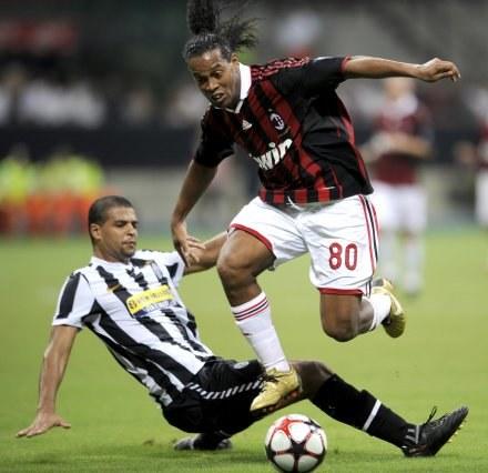 Ronaldinho kiedy jest w formie, mija obrońców z dziecinną łatwością /AFP