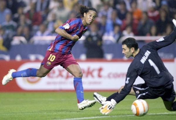 Ronaldinho strzela drugiego gola. Deportivo-Barcelona 3:3 /AFP